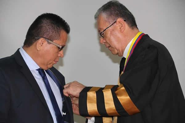 El rector de Unicórdoba y presidente del SUE, Colombia, Jairo Torres Oviedo, recibe la distinción por parte del rector de la Universidad de Cartagena, Edgar Parra Chacón.