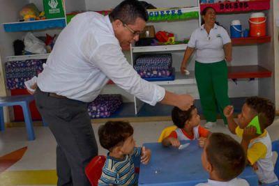 El rector de la Universidad de Córdoba, durante su recorrido por el CDI el Recuerdo, donde inició la iniciativa.