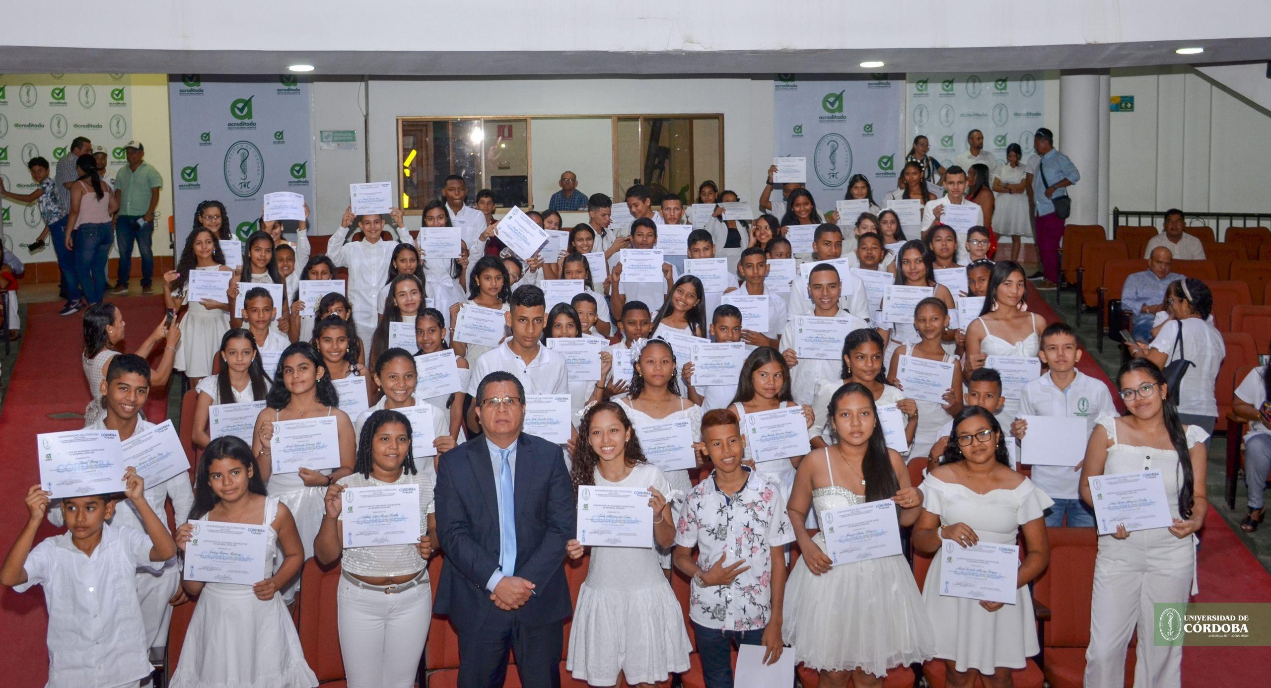 Los graduandos junto al rector de la Universidad de Córdoba, Jairo Torres Oviedo.