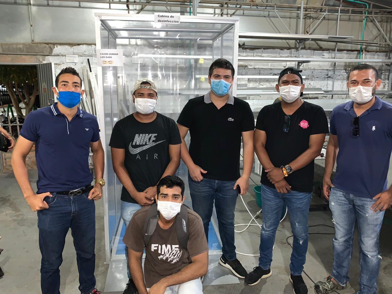 Equipo de profesionales que crearon la cabina de desinfección anti COVID 19.