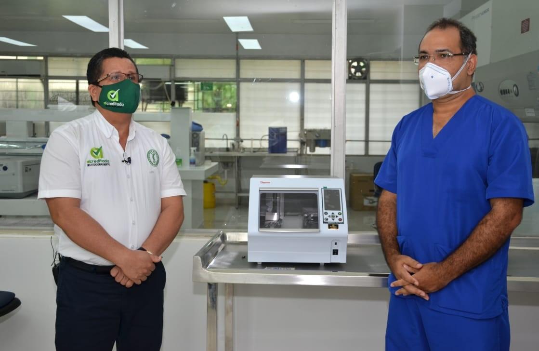 El rector, Jairo Torres Oviedo y el director de la clínica IMAT, Manuel González Fernández.