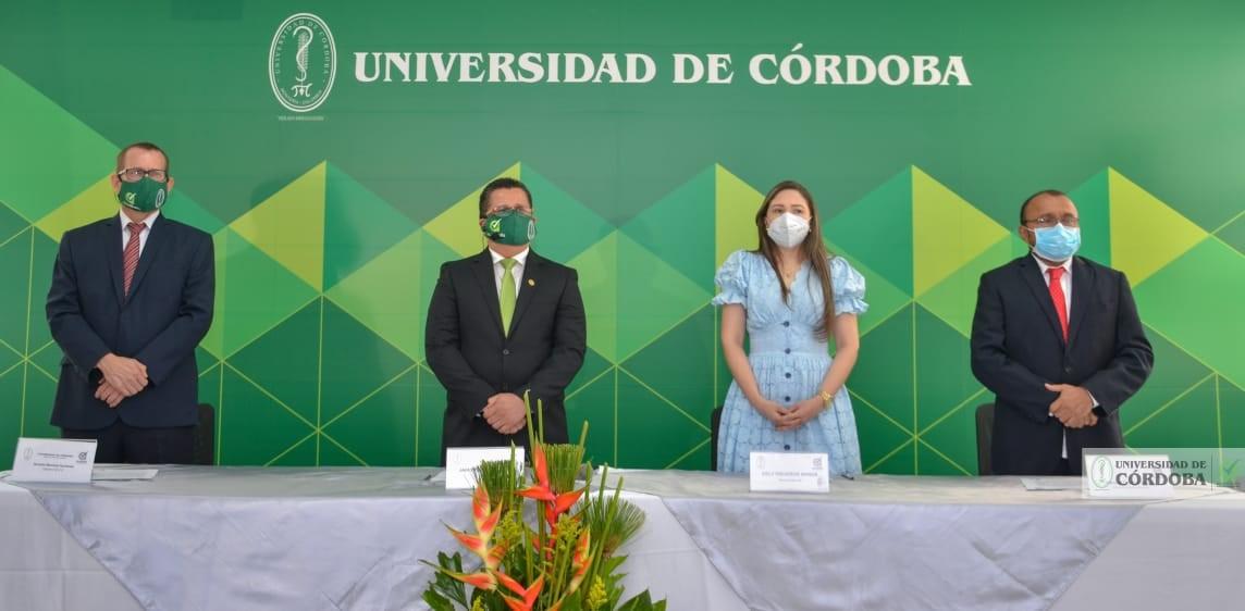 El rector, Jairo Torres Oviedo (segundo de izquierda a derecha), acompañado del decano de MVZ, Nicolás Martínez; la secretaria general, Cely Figueroa; y el decano de Educación y Ciencias Humanas, Manuel Cortina.