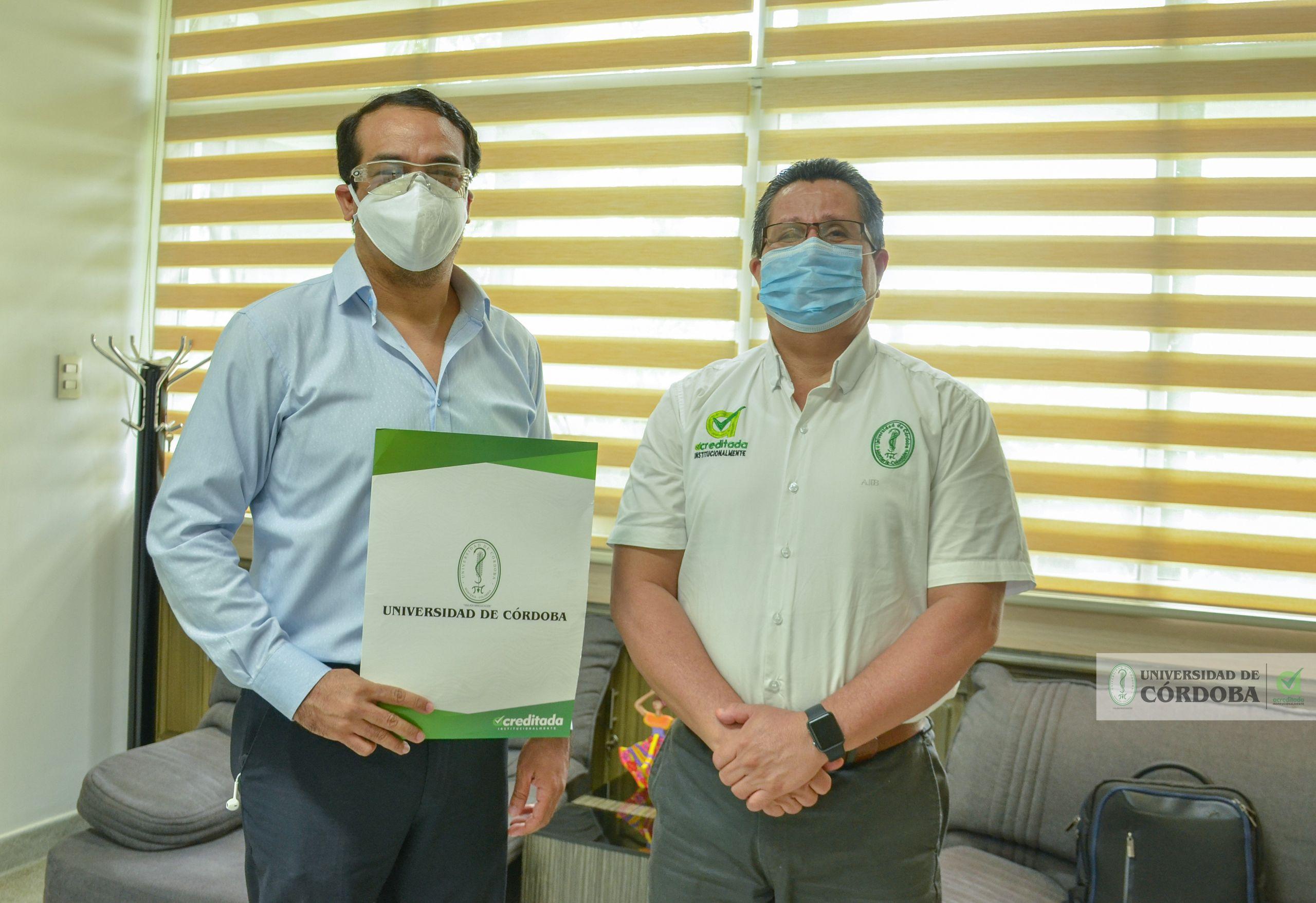 El profesor Adán Gómez Salgado (izquierda) mientras compartía la buena noticia con el rector de Unicórdoba, Jairo Torres Oviedo.