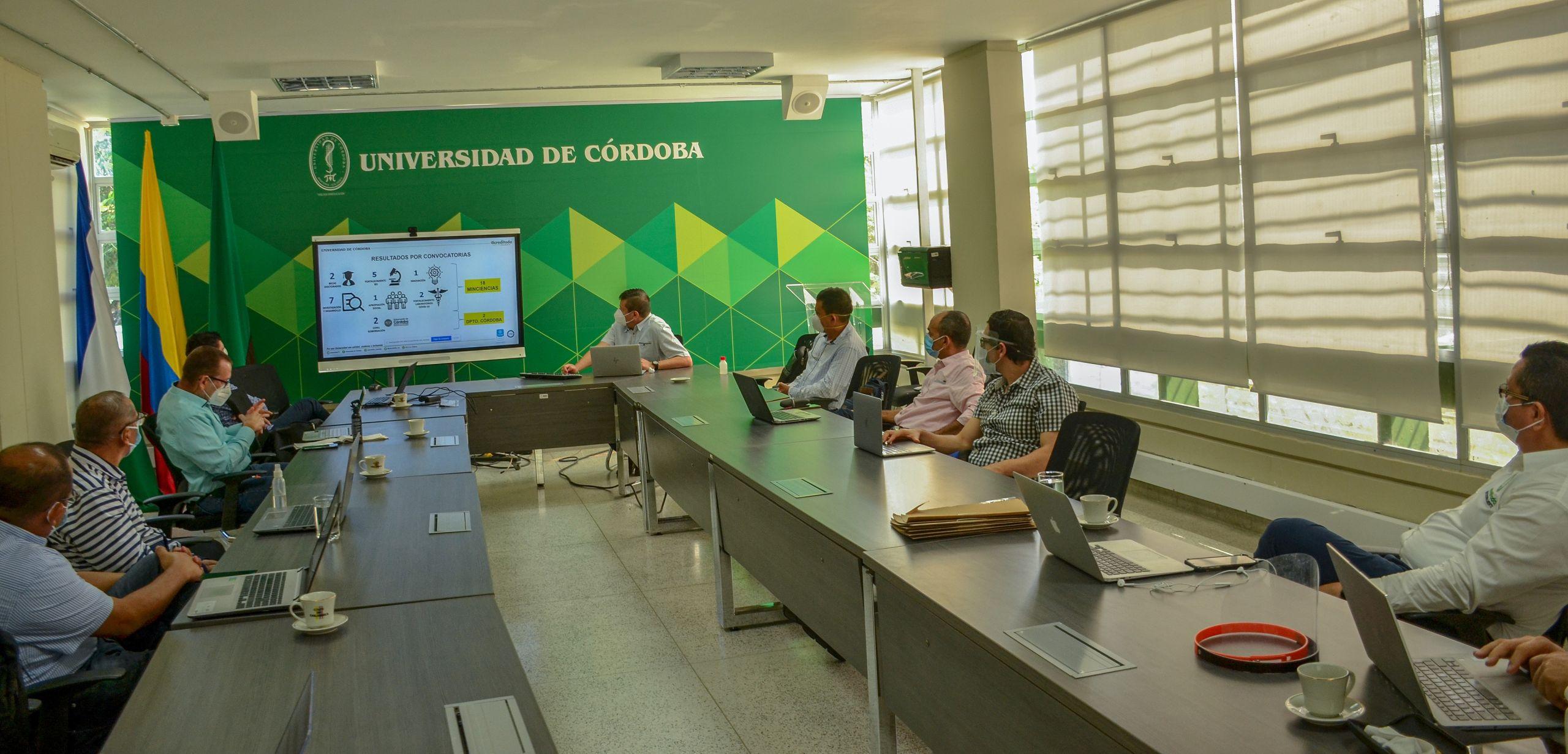 El rector, Jairo Torres Oviedo y un grupo de investigadores durante el encuentro.