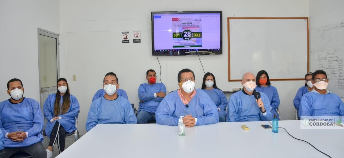 'Ejército' científico del IIBT, acompañado del rector de esta institución, Jairo Torres Oviedo.