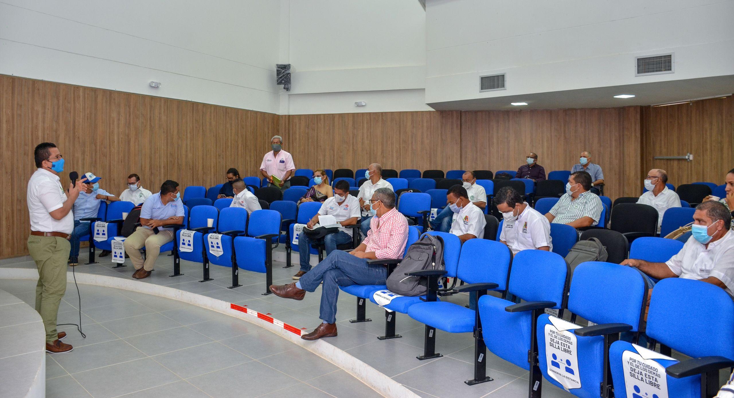 El rector de Unicórdoba, Jairo Torres Oviedo, en reunión con los equipos delegados por las Alcaldías del bajo Sinú.