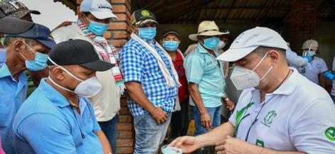 El docente Unicordobés Alfonso Calderón, enseña a los productores las pruebas de plataforma en el sitio de acopio de leche.